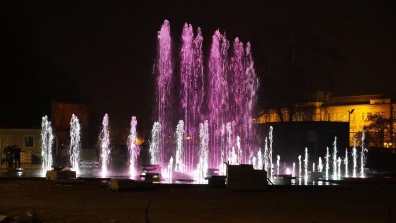 Нова фонтана у Нишу обасјана ноћним светлом (ФОТО)