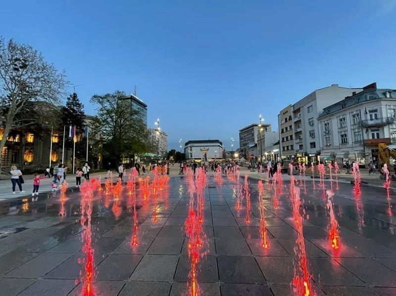 Praznična svetla na novoj fontani u Nišu pred Vaskrs (FOTO)