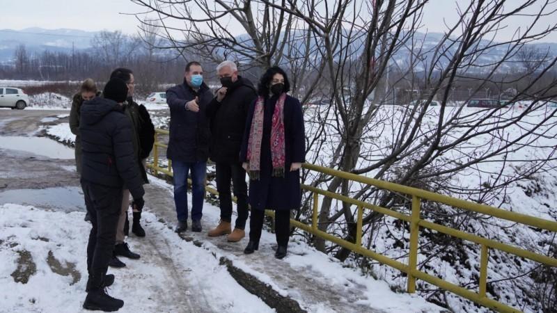 """Ојачање бедема Нишаве - градоначелница и директор """"Србијаводе"""" обишли угрожена подручја"""