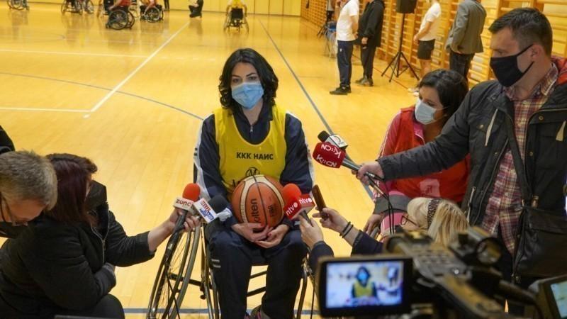"""Подршка градоначелнице Сотировски кошаркашима у колицима: Играла сам са њима, сад знам како је давати кошеве """"везаних"""" ногу"""