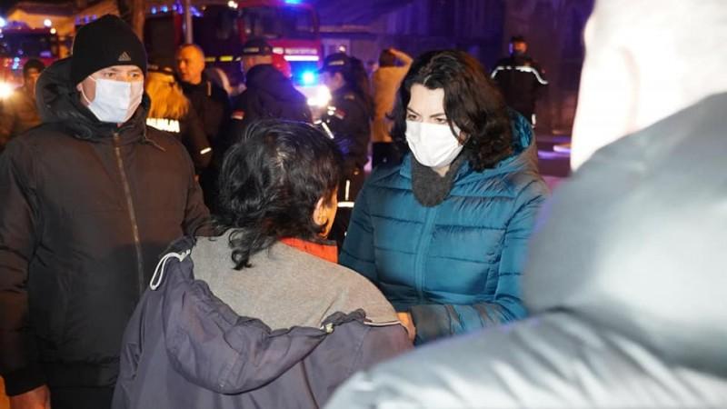 Nema povređenih u požaru - stanari koji su ostali bez krova nad glavom, noćas smešteni u Sigurnoj kući