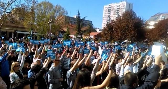 На својеврсном гласачком перформансу: око 1.000 Нишлија против уступања аеродрома Влади Србије