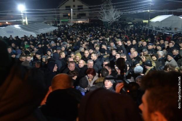 Građani ispred Doma kulture u Lapljem selu, Foto: Tanjug, Zoran Žestić