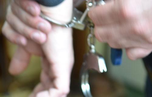 Прокупчанин задао више удараца и покушао да узме кофер са накитом суграђанки