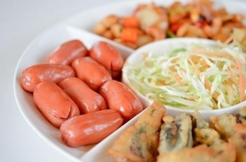ХОРОР: Шта се дешава ако често једете виршле, кобасице и саламе