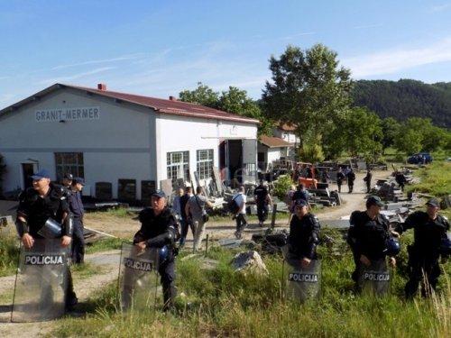 Кордон полиције обезбеђује извршење, фото: Југмедиа