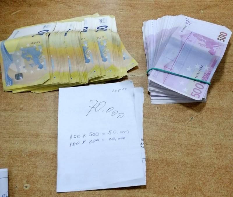 Путница испод грудњака сакрила 70.000 evra