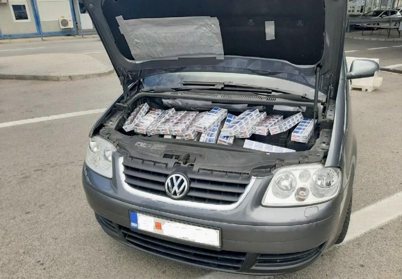 Makedonac švercovao cigarete u pogonskom delu automobila