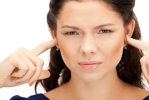 Zašto se javlja zujanje u uhu?
