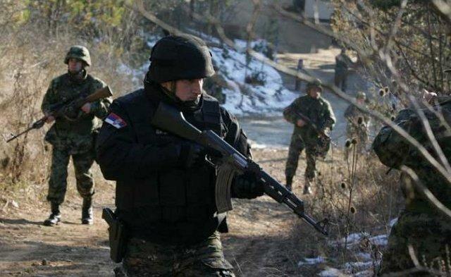 Припадник нишког одреда жандармерије са војницима на граници према Бугарској (Фото А. Васиљевић)