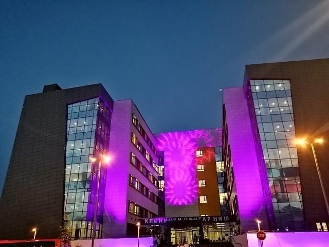 """Клинички центар Ниш """"окупан"""" љубучастом светлошћу као знак подршке оболелим од инфламаторних болести црева"""