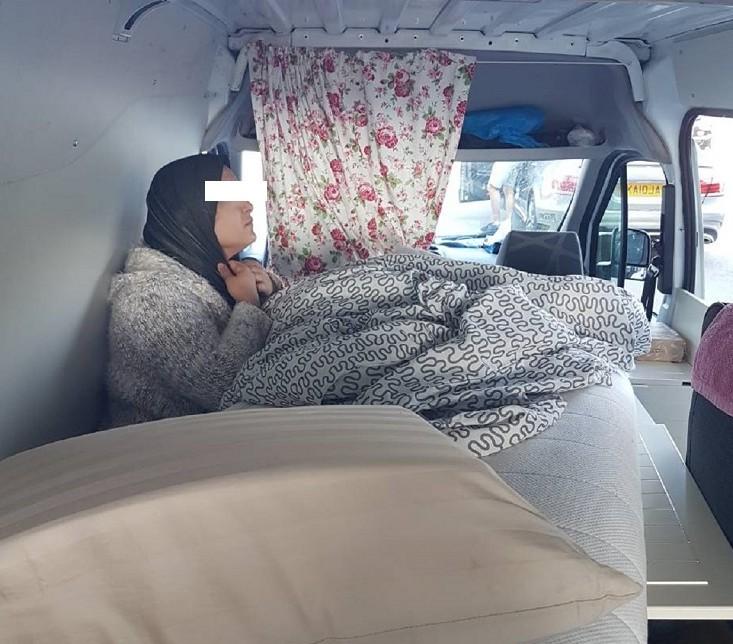 Жена скривена у импровизованој комоди на граничном прелазу