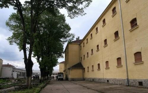 Стражари спречили затвореника да скочи са затворске зграде