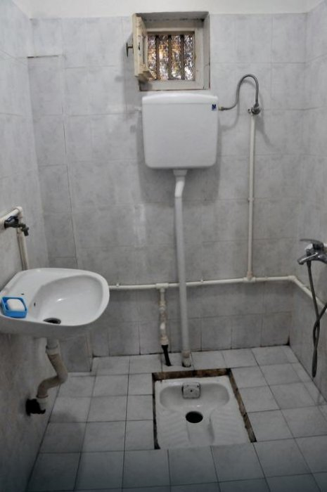 """Плочицама озидани тоалет са бојлером и """"чучавцем"""" Фото: К. Каменов, РАС Србија"""