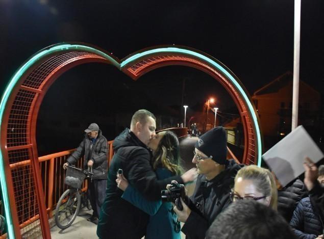 Leskovac dobio još jedno obeležje: Srce i katanci ljubavi
