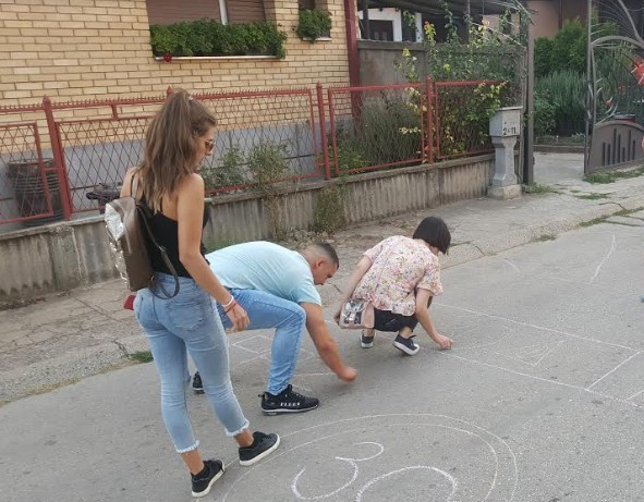 Перформанс омладине Демократске странке у Нишу: Лежећи полицајци од креде