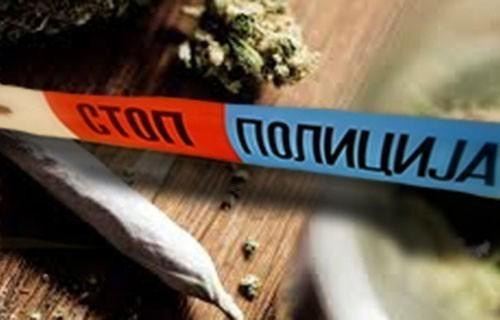 Врањанац ухваћен у продаји марихуане, приведен, у полицијској станици телефоном ударио полицајца