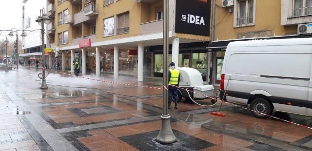 Дубинско чишћење пешачких зона у Нишу
