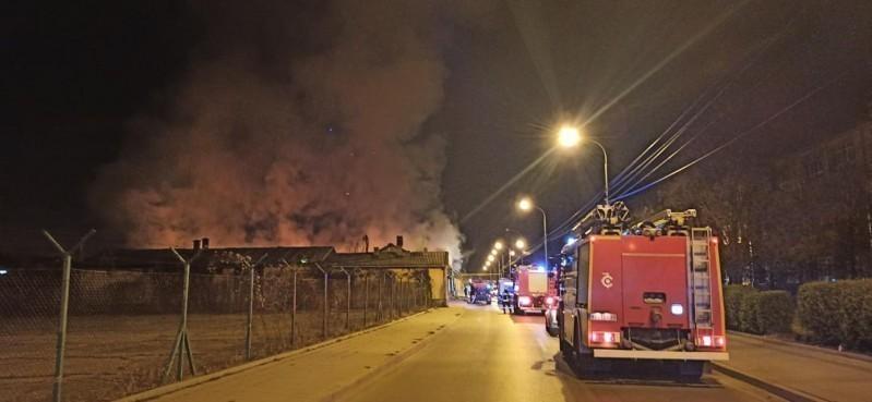 Veliki požar u Ulici Aleksandra Medvedeva - izgorelo šest stanova, za sada nema povređenih