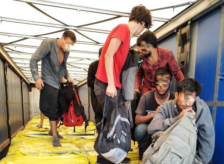 Мигранти сакривени у камиону са вештачким ђубривом