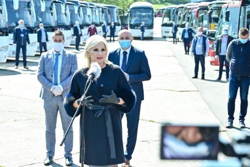Поново је отворено више од 3.500 међуградских линија, око 3.500 аутобуса и 73 воза