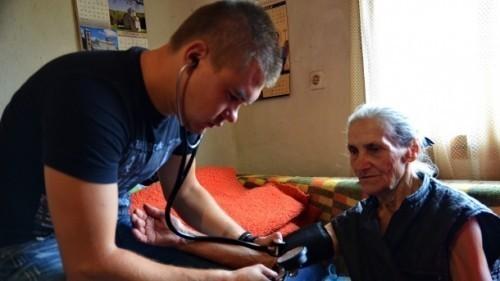 Mladi lekar bez posla pomaže starima