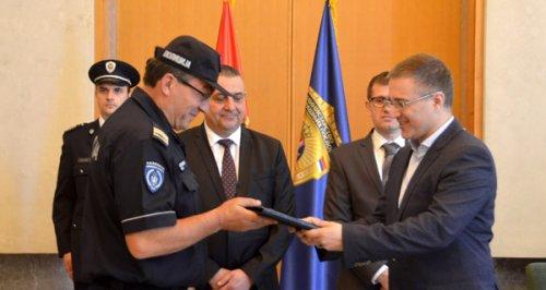Министар Стефановић наградио полицајца који је спасао два младића