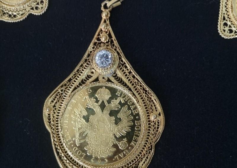 Луксузни ауто пун златног накита и сумњивих сатова