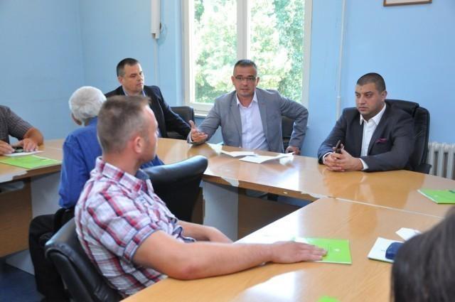 Недимовић уручио уговоре за куповину трактора у Житорађи