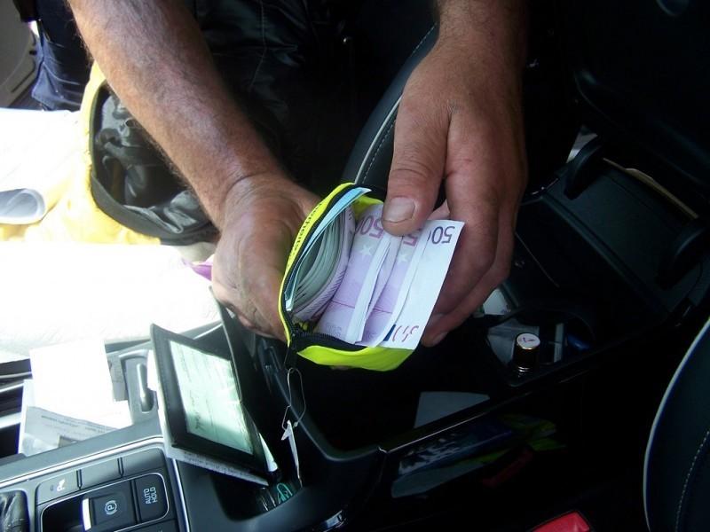 Devize sakrivene u torbici za zaštitni prsluk