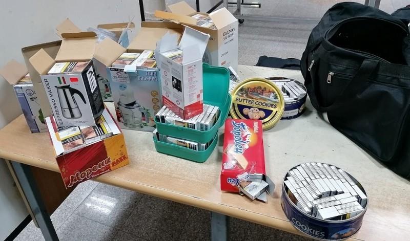 Цигарете у кутијама кекса и малих кућних апарата