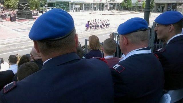 """Novinari na tribini u društvu """"plavih beretki"""". . Foto: Južna Srbija"""