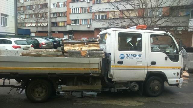 "Foto vest: Prevoz drva, nova usluga niškog ""Parking servisa""?!"