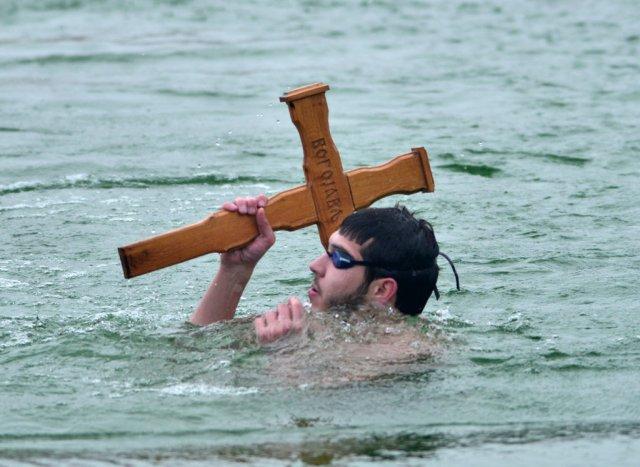 Нишлија Петар Костић, најмлађи учесник, победник је Богојављенског пливања (ФОТО)