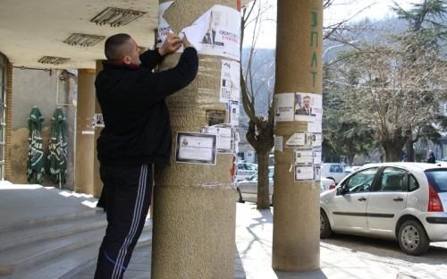 Omladina SNS cepa Vučićeve plakate