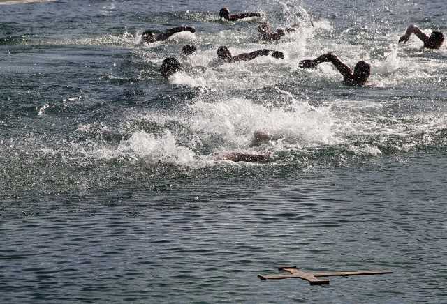 Деветнаест пливача свих узраста за Богојављенски крст