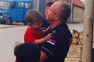 Kо jе полицаjац коjи грли сириjског дечака?