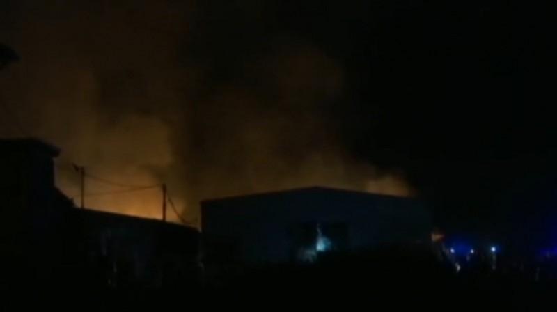 """Lokalizovan požar u Nišu, vatra zahvatila nekoliko magacina u naselju """"9. maj"""""""