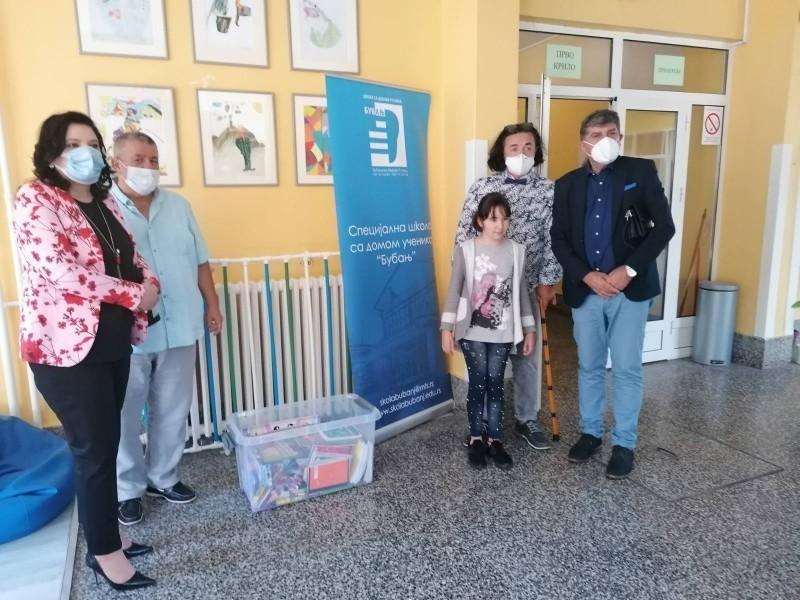 Федерација ромских основаца, средњошколаца и студената, донирала школски прибор специјалним школама на Палилули