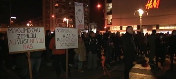 """На 8. протесту у Нишу, окупљени """"гласали"""" за """"Споразум са народом"""""""