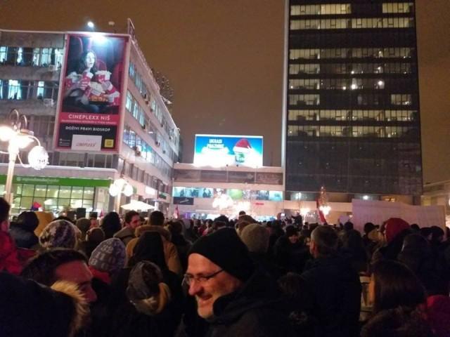 Око хиљаду грађана на протесту у Нишу, организатори против јефтиног политиканства опозиционих странака (ФОТО)