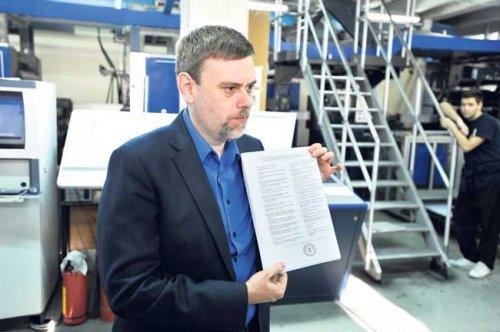 """Predsednik RIK-a Dejan Đurđević u štampariji """"Službenog glasnika"""" pokazuje birački listić (Foto Tanjug)"""