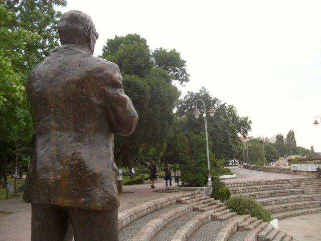Амфиеатар на Нишвском кеју са спомеником Шабану Бајрамовићу  Фото: Јужна Србија