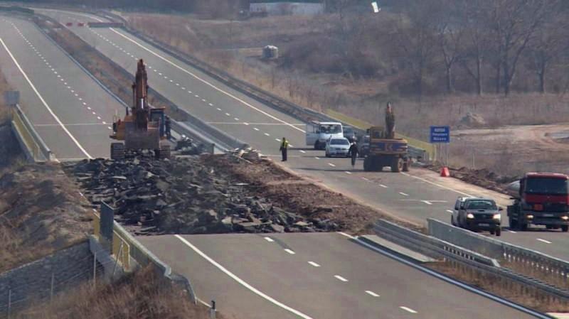 Nasip na auto-putu srušen zbog loše podloge, bez odgovora ko će platiti ponovnu izgradnju