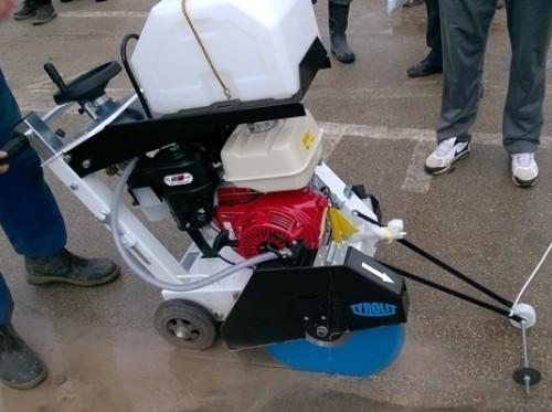 Komunalno kupilo sekačicu za asfalt