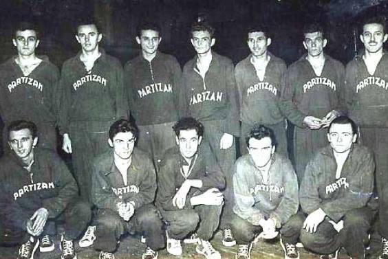 KK Partizan 1952/1953. Stoje Borisav Stanković, Ivan Jovanović, Mirko Marjanović (drugi, treći i četvrti sleva), čuče Radomir Šaper i Čeda Stojanović (drugi i treći sleva)