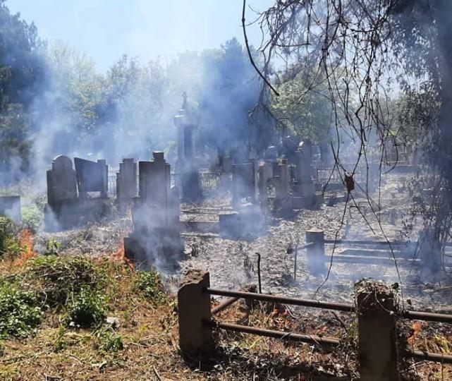 Ugašen požar manjih razmera na Starom groblju