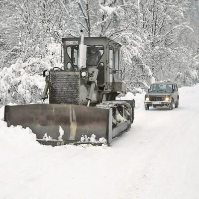 Vojska čisti sneg u zavejanim krajevima