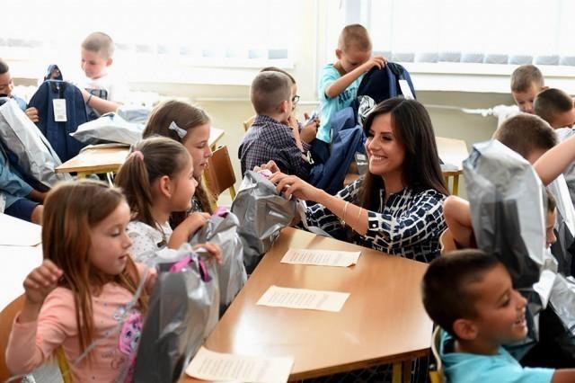 Tamara Vučić obradovala đake u Kuršumliji