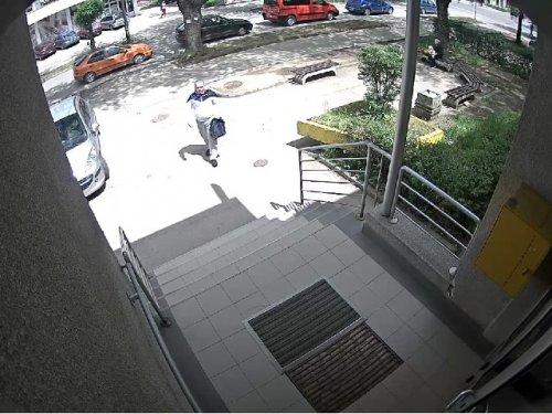 Razbojnik na ulazu u objekat, Foto: MUP